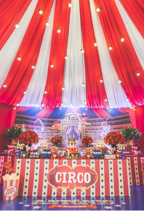 É possível fazer uma festa circo luxo usando a criatividade de originalidade na decoração.