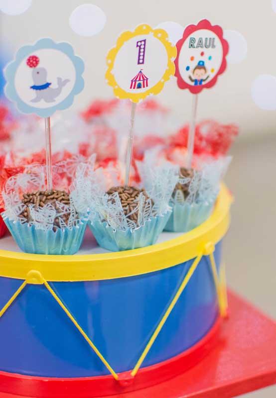 Use plaquinhas personalizadas para decorar o topo dos docinhos da festa tema circo.