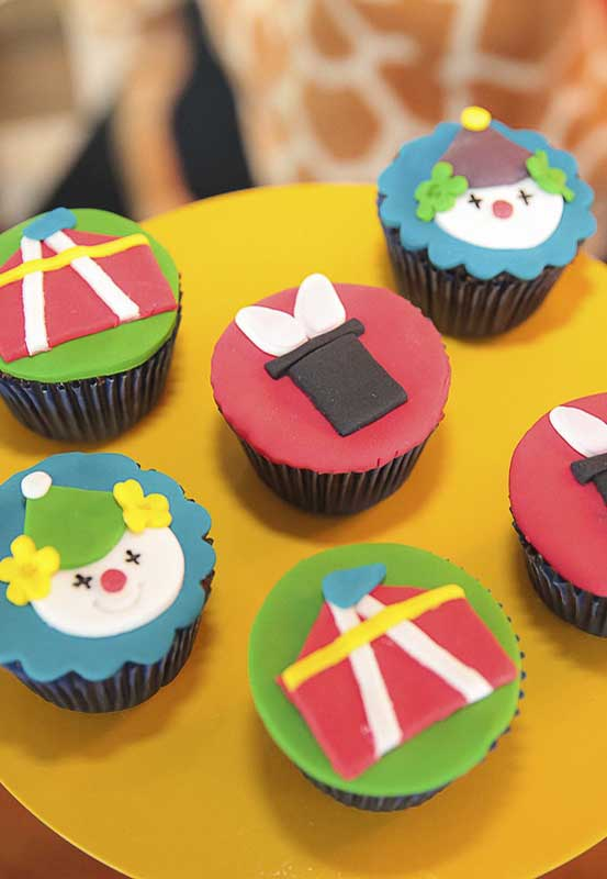 No caso do cupcake você pode modelar o topo com pasta americana e fazer o formato que quiser para a festa do circo.