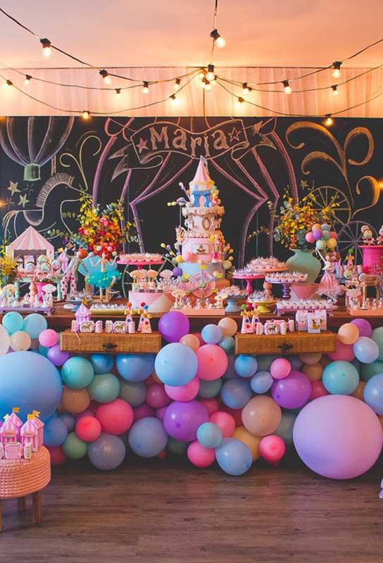 O circo é um tema bastante versátil, já que é possível usar diferentes formas de decoração.