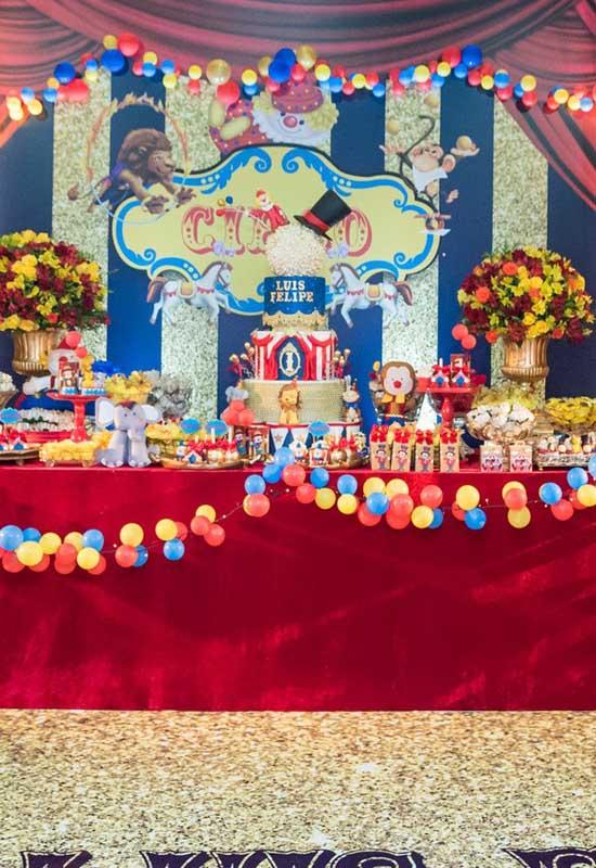 Veja como o bolo circo acaba sendo o grande centro da mesa principal da festa.