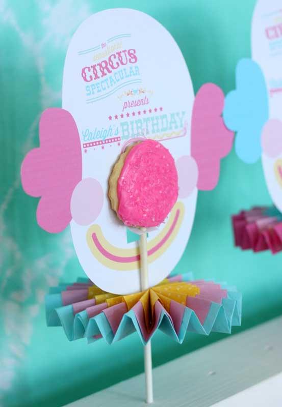 Que ideia genial para usar os elementos que fazem parte do tema circo na decoração do ambiente.