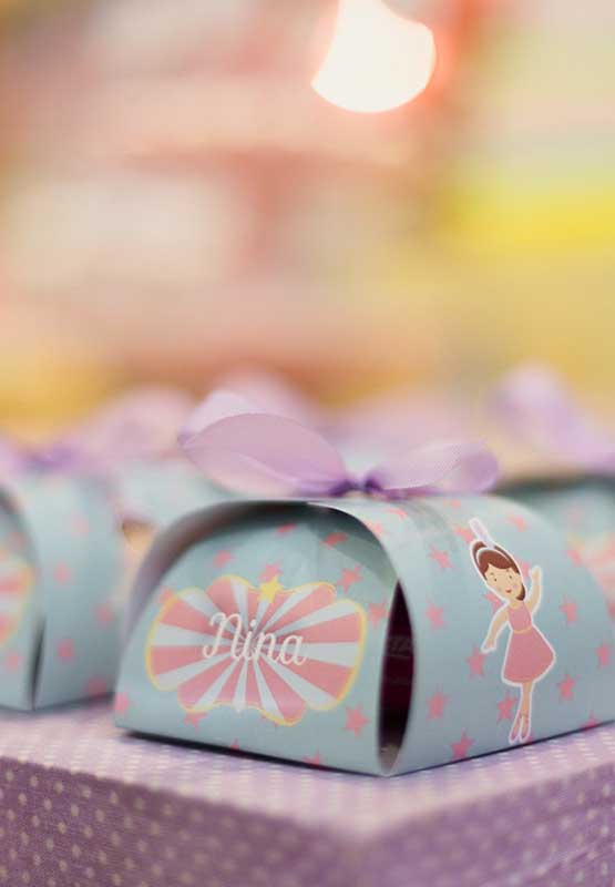 Saiba que é possível fazer uma festa circo com detalhes bem femininos.
