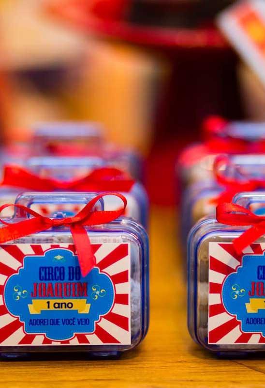 Para personalizar os itens da festa circo, basta você usar adesivos customizados.
