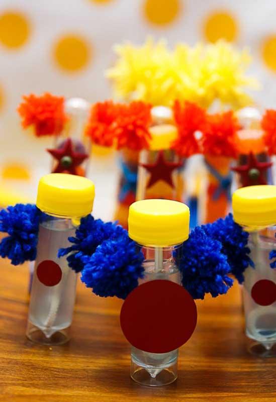 Existem diversas formas de personalização dos itens da festa, basta usar a criatividade.