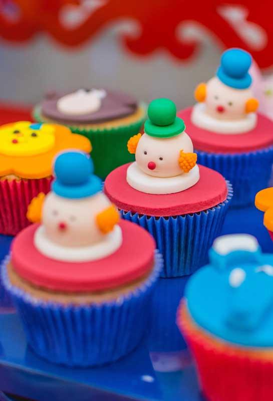 O palhaço é a grande inspiração do circo, portanto, merece ser o destaque no topo do cupcake.