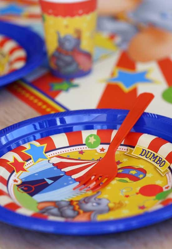 Alguns itens personalizados podem ser encontrados em lojas de festas.