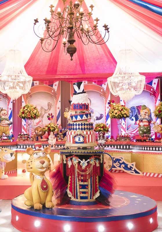 Que bolo circo rosa mais lindo para ser o centro de mesa circo.